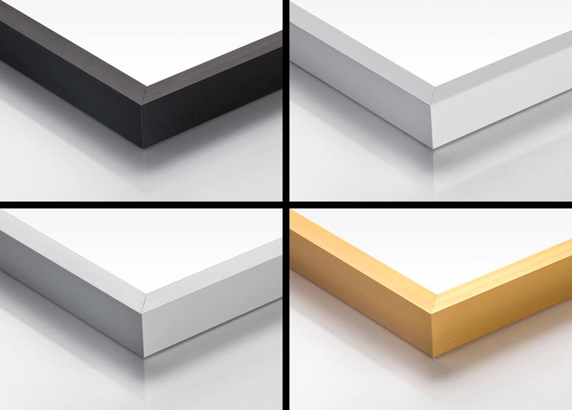 Fire eksempler på rammer i følgende farger: sort, hvit, sølv, og gull. De ligger på en hvit overflate.