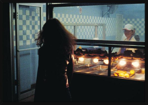 En kvinne som går i New York City, av kunstner Aune Sand. Poster i en svart ramme.