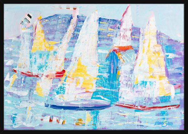 Seilbåter på havet malt med lyse pastellfarger, av kunstner Øivind Sand. Poster i en svart ramme.