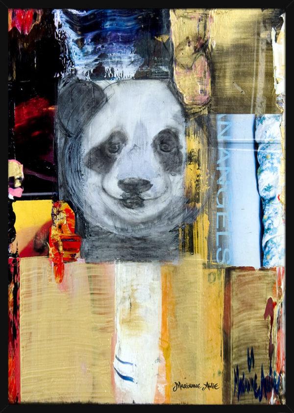 En smilende Pandabjørn malt av kunstner Marianne Aulie. Poster i en svart ramme.