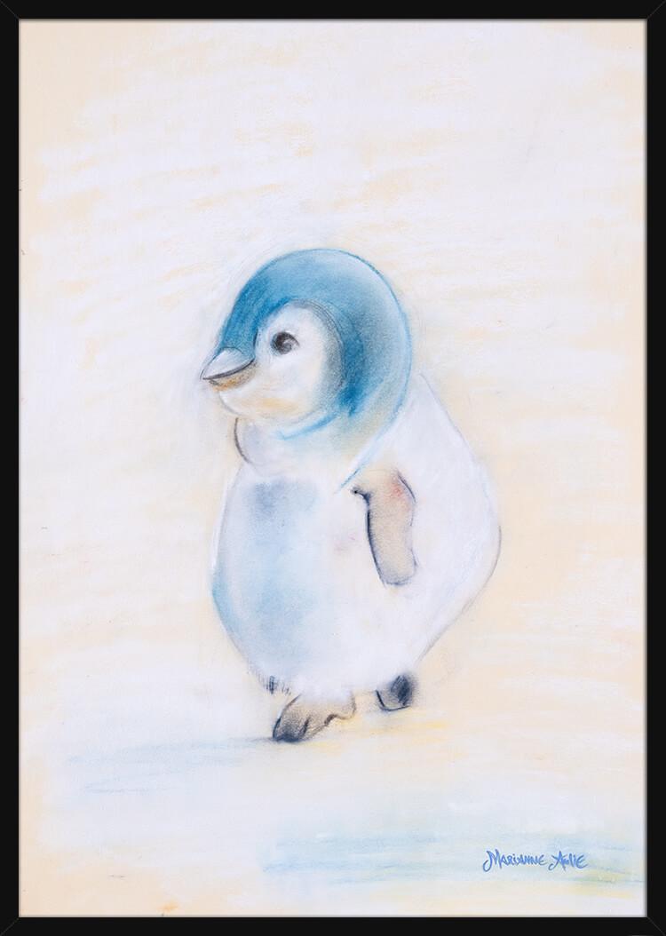 En pingvinunge håndtegnet med rolige pastellfarger, av kunstner Marianne Aulie. Poster i en svart ramme.