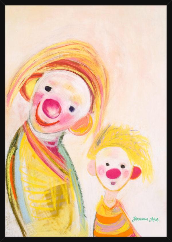 En Optimist sammen med mamman sin tegnet med lyse pastellfarger, av kunstner Marianne Aulie. Poster i en svart ramme.