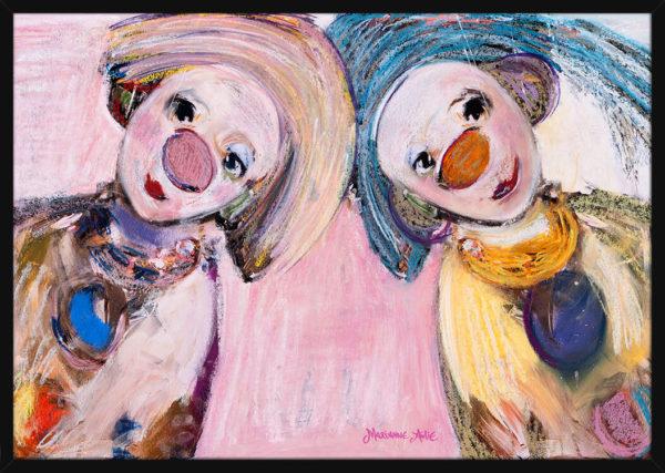To Optimister tegnet med rosa og blå pastellfarger, av kunstner Marianne Aulie. Poster i en svart ramme.