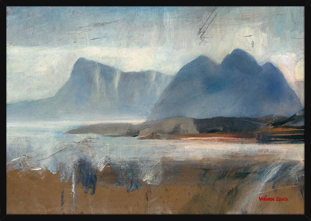 Et fjellandskap i Lofoten, av kunstner Vebjørn Sand. Poster i en svart ramme.