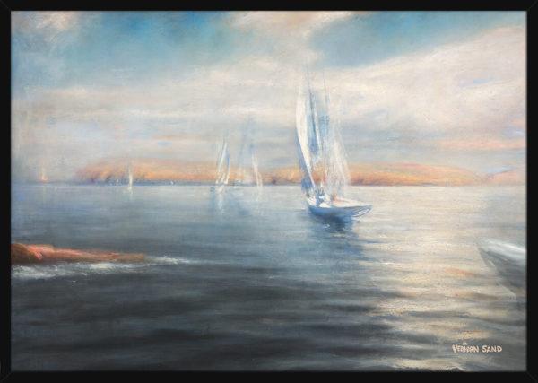 Seilbåter på rolig hav, av kunstner Vebjørn Sand. Poster i en svart ramme.