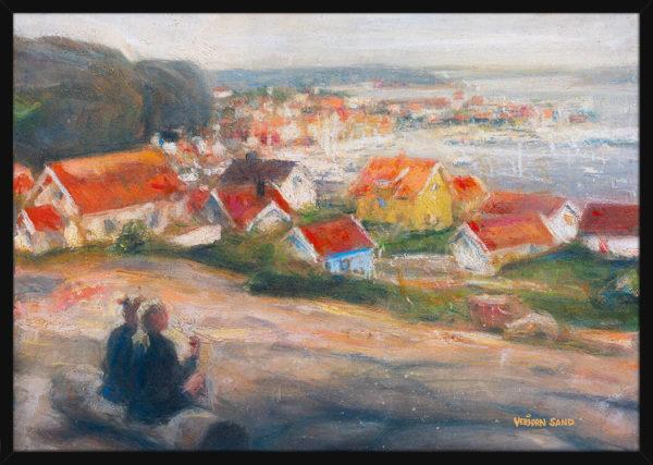 Et par med utsikt over kysten, av kunstner Vebjørn Sand. Poster i en svart ramme.