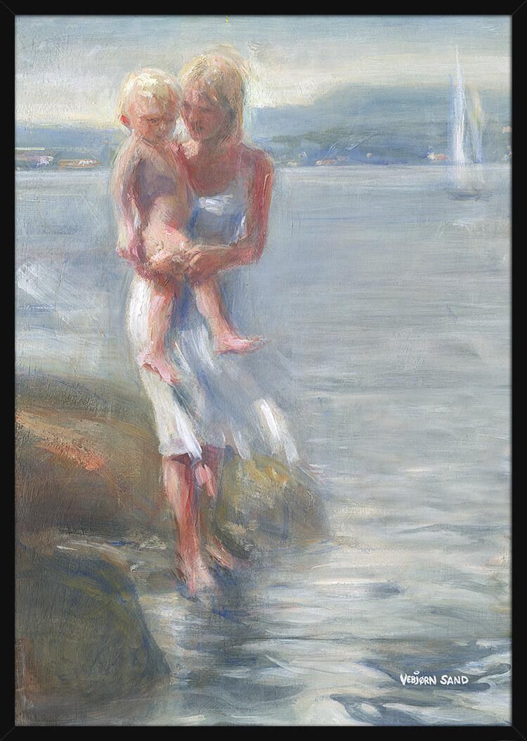 En mor og hennes barn ved vannet, av kunstner Vebjørn Sand. Poster i en svart ramme.