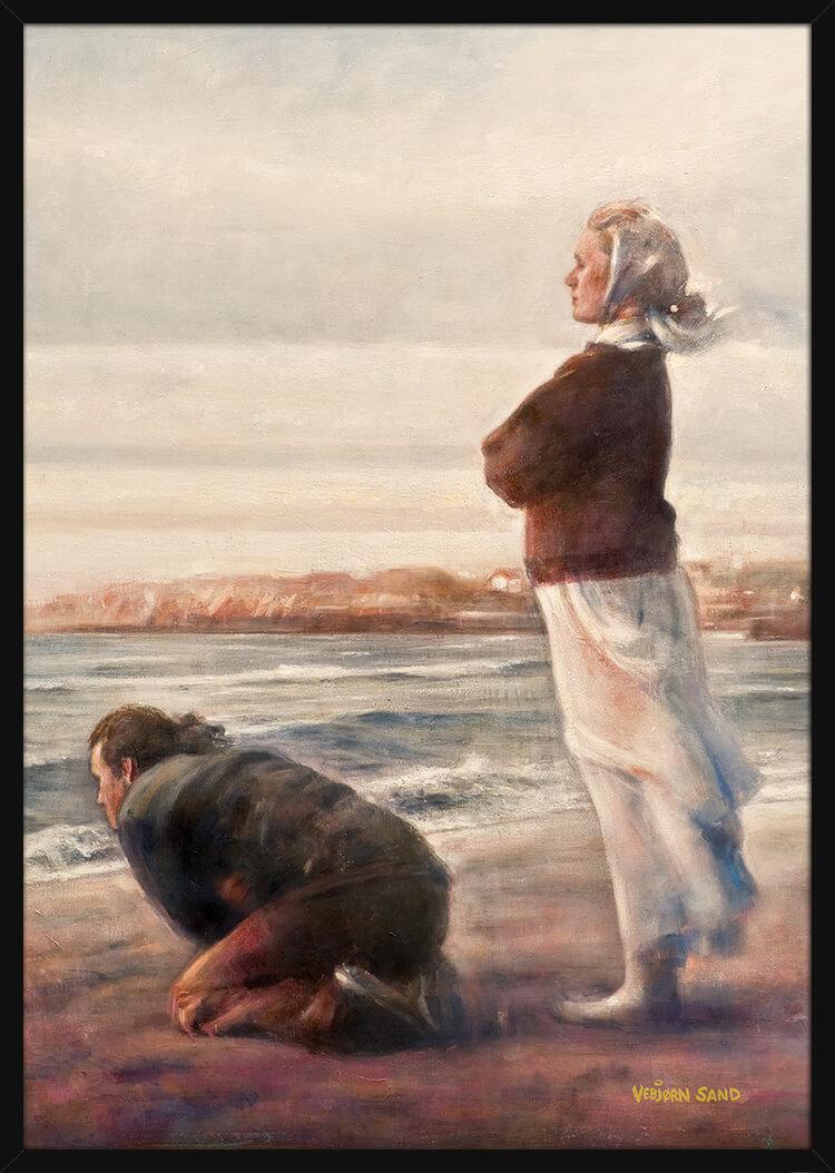 To mennesker ser ut over havet, av kunstner Vebjørn Sand. Poster i en svart ramme.