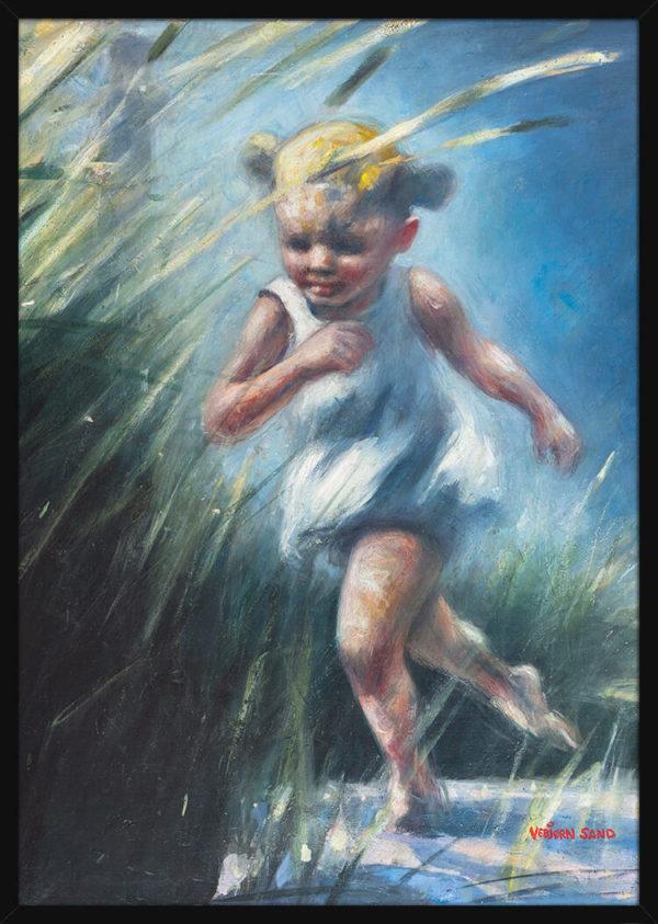 Et barn som løper i sanddynene, av kunstner Vebjørn Sand. Poster i en svart ramme.