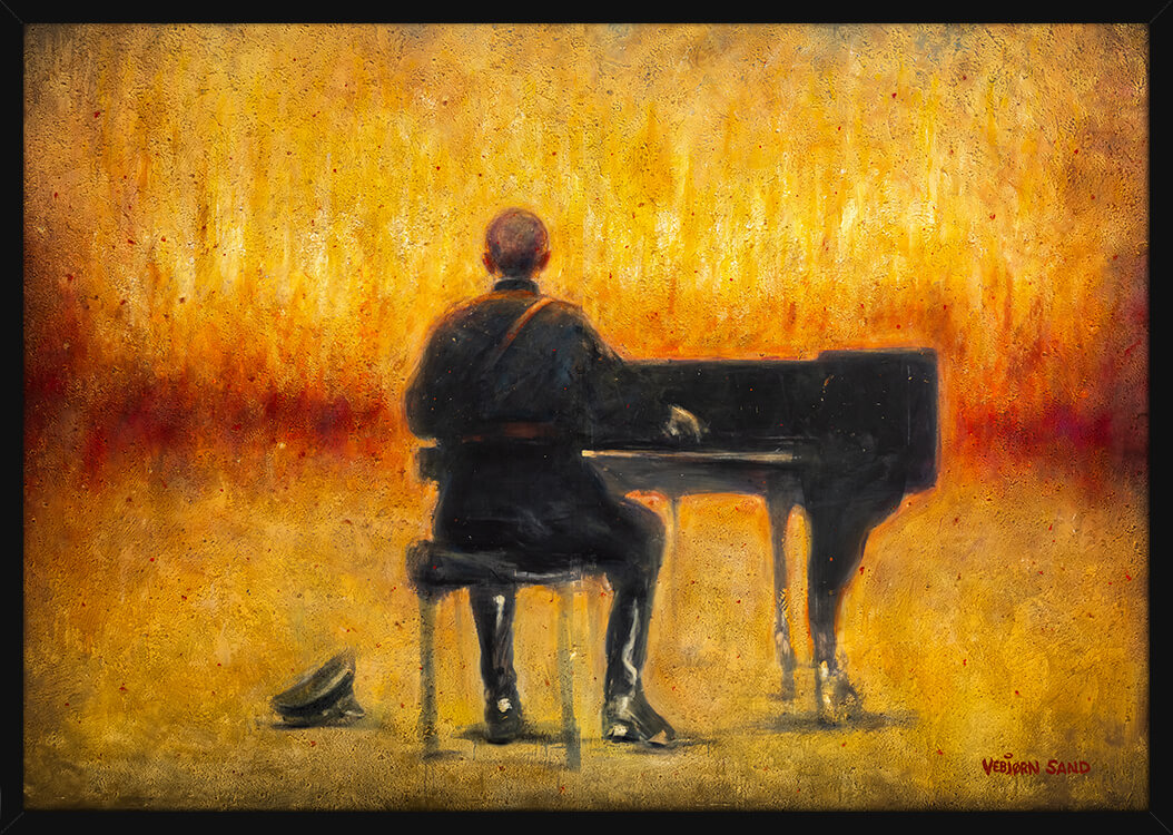 En soldat spiller piano foran et inferno, av kunstner Vebjørn Sand. Poster i en svart ramme.