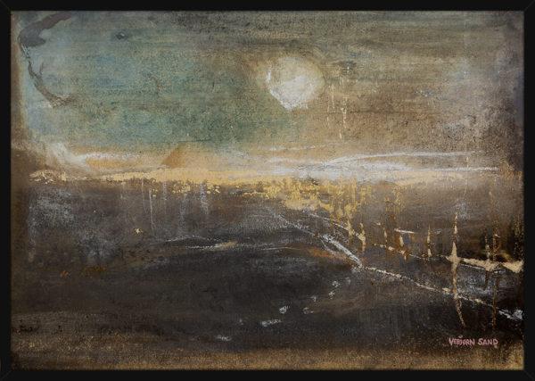 Et drømmende Antarktis landskap med sol og pyramide, av kunstner Vebjørn Sand. Poster i en svart ramme.