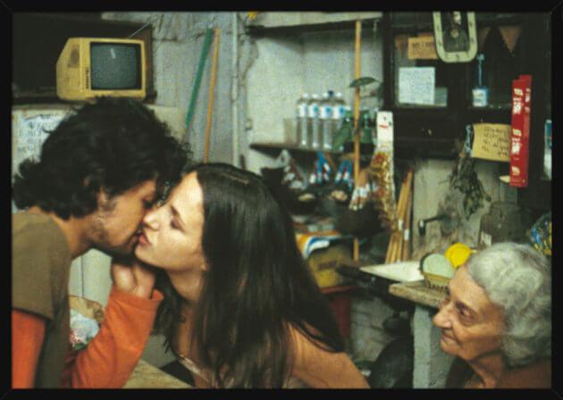 Et kyssende par i Cuba, av kunstner Aune Sand. Poster i en svart ramme.
