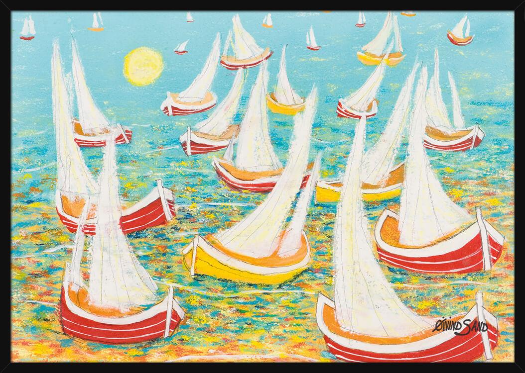 Pastellfarger av turkis og gull, seilbåter som flyter på sjøen, av kunstner Øivind Sand. Poster i en svart ramme.