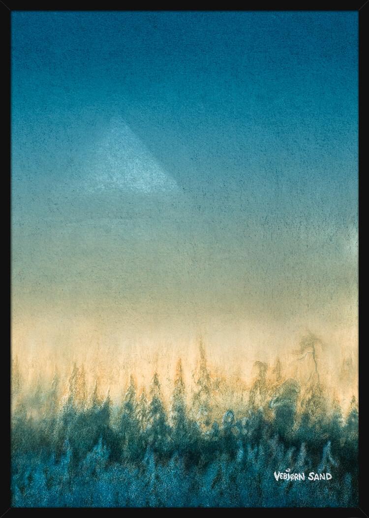 Skog og pyramide, av kunstner Vebjørn Sand. Poster i en svart ramme.