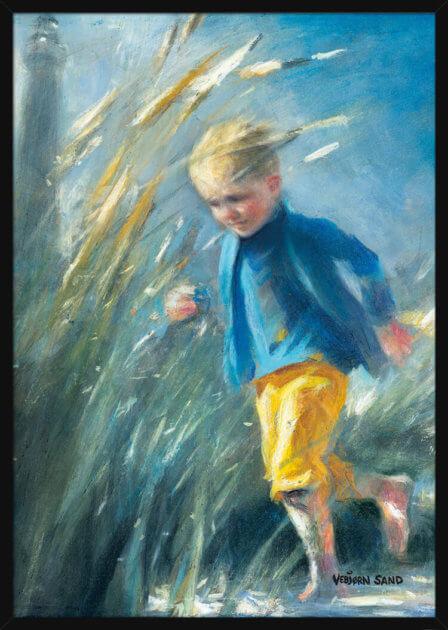 Ung gutt springer på stranda, av kunstner Vebjørn Sand. Poster i en hvit ramme.
