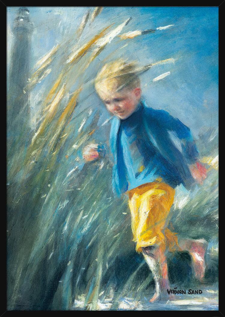 En ung gutt som løper i sanddynene, av kunstner Vebjørn Sand. Poster i en svart ramme.